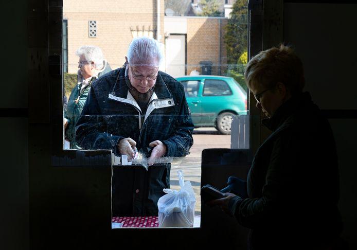 Beek en Donk, aspergeteler Biemans heeft een plexiglazen doorgeefluik waar de bestellingen doorgegeven worden