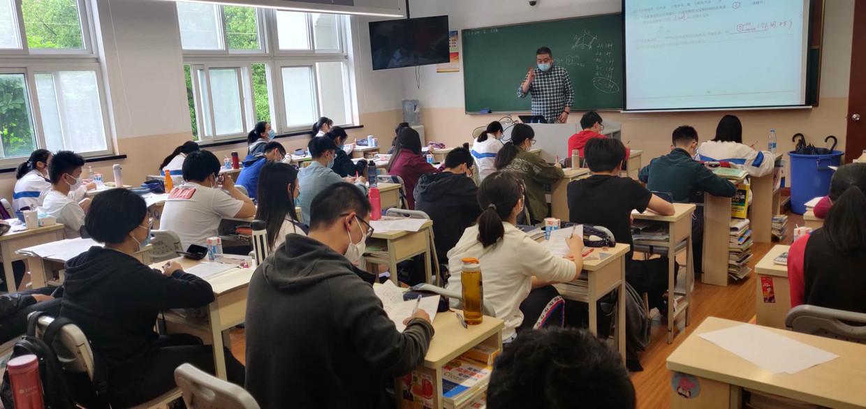 Leerlingen van de oudste middelbare school van Shanghai zitten weer in de klas.
