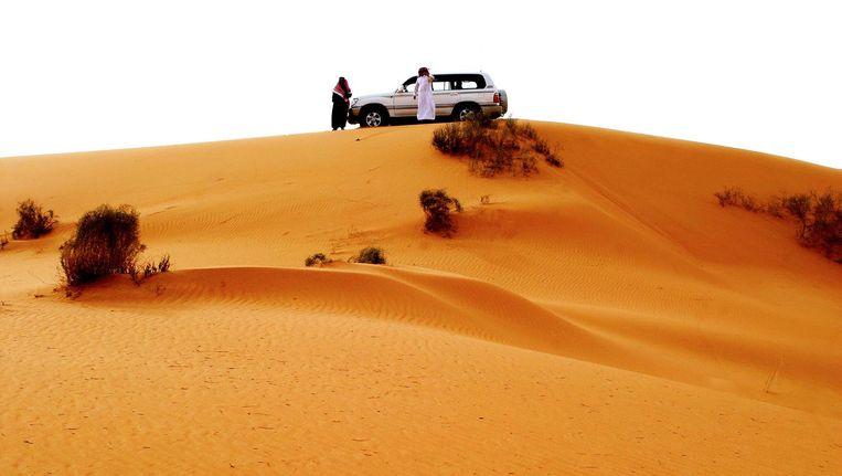 Saoediërs bij hun auto in de woestijn. Beeld Hassan Ammar / Getty