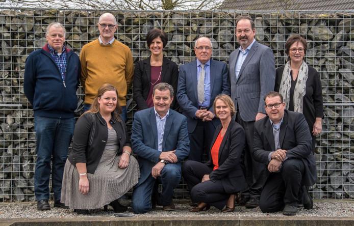 De campagnefoto van Gemeenschapslijst voor de verkiezingen. Silvia Bloemsma (staande derde van links), Margret Hesselmans (staande rechts) en Marcel Zoontjes (rechts vooraan) hebben zich inmiddels afgesplitst als Groep Bloemsma. Links bestuurslid Sjef van Roovert, rechts naast Bloemsma fractievoorzitter Cees van Hoof en vooraan tweede van links raadslid Jos Abrahams.