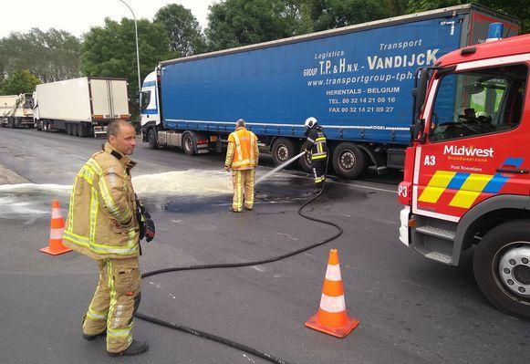 De brandweer spoot het wegdek weer proper.