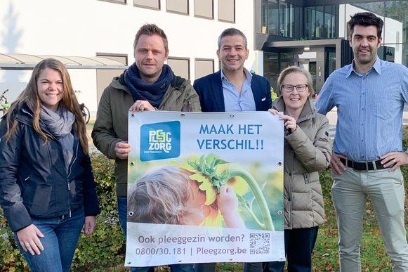 Sanne Ulin(Pleegzorg),    Steven Stockman (pleegzorgbegeleidereen teamcoach),   Mathieu Mas (schepen van Sociale Zaken),   Jessy Wandels (Huis van het Kind) en Bert Vandepoele (Burger & Welzijn).