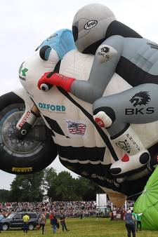 Giga-motorballon maakt indruk in Grave
