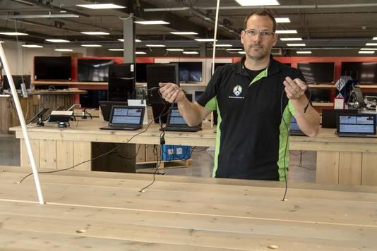 Lars Elferink bij de tafel in zijn zaak waar vorige week de laptops zijn gestolen.