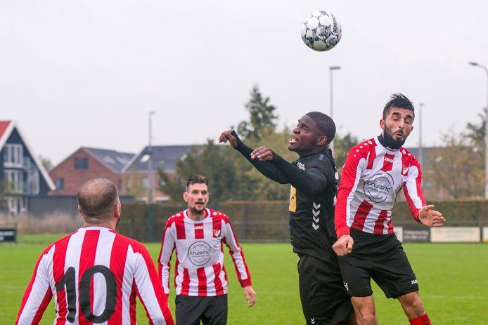 Arnhemse Boys, hier in de derby tegen VDZ, plaatste zich voor de tweede knock-outronde van het bekertoernooi.