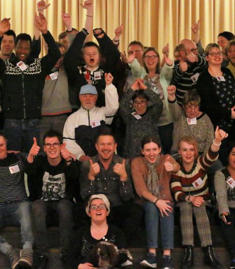 Johnny de Mol verrast acteurs Theater Onbeperkt die film opnemen in Olst en Deventer