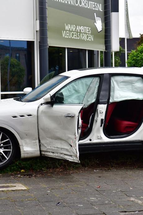 Peperdure Maserati in de prak bij ongeluk, bestuurder gewond