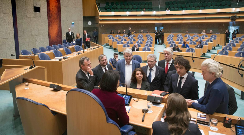 De woordvoerders van de verschillende partijen bespreken samen met de kamervoorzitter  Khadija Arib de orde van het debat.