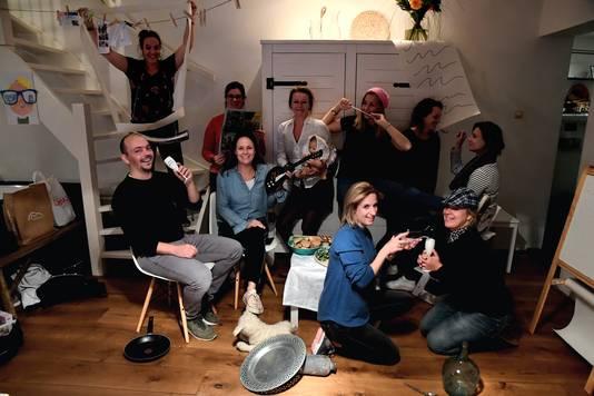 Bij de quiz van vorig jaar moesten deelnemers een beroemd schilderij uitbeelden. Deze groep imiteert het werk van Jan Steen: 'Huishouden van Jan Steen'.