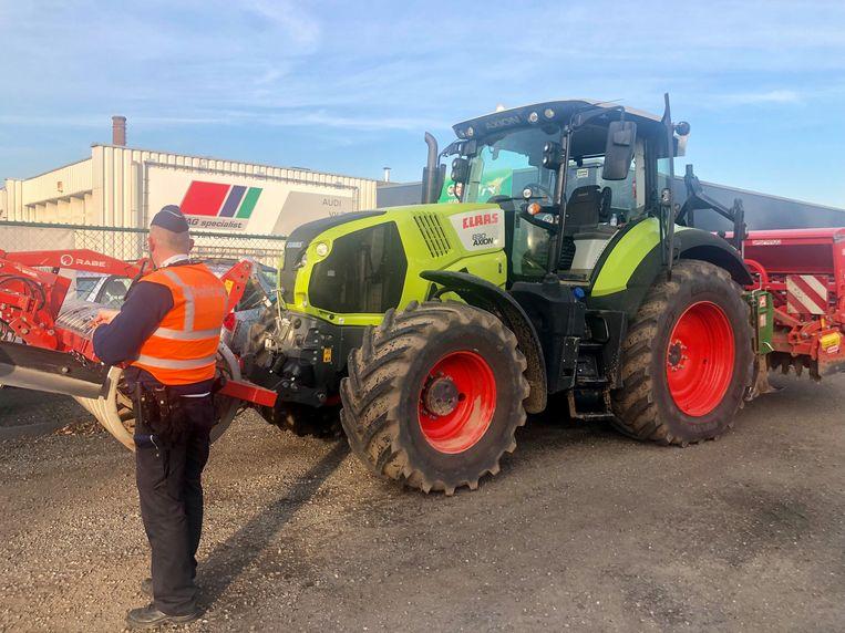 De politie doet de vaststellingen aan de tractor.