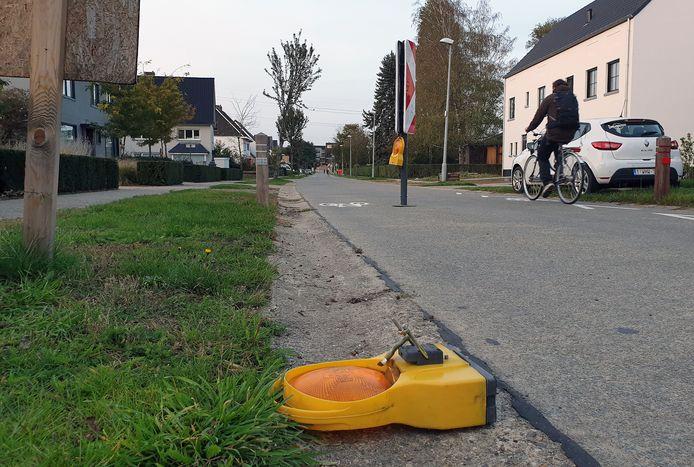De snelheidsremmers worden regelmatig geraakt door voertuigen, zoals afgelopen maandag weer gebeurde in de Meidoornlaan.