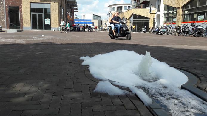 Zeepsop in de waterstrip op het Waagplein in Almelo