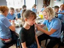 De vrijwilligers zitten er klaar voor: vierduizend jongeren moeten in Nijmegen een spuitje halen