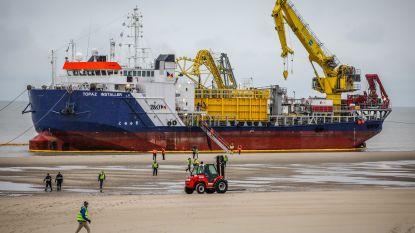 IN BEELD. Schip strandt voor kust van Bredene, maar dat blijkt de bedoeling