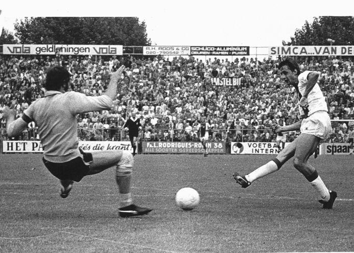 Johan Cruijff schiet de bal in 1973 langs FC Amsterdam-doelman Jan Jongbloed (6-1).