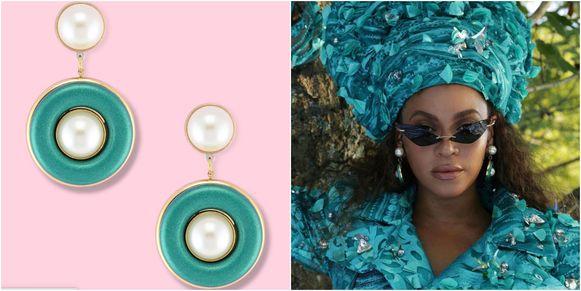 De 'Pearlli Drops' zijn grote pareloorbellen met turquoise ringen en een knijpertje.