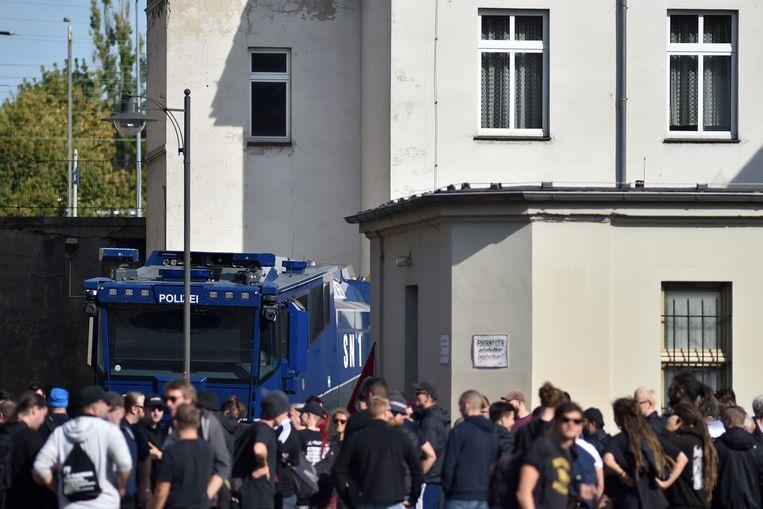 Extreemrechtse groeperingen verzamelen aan het station van Köthen.