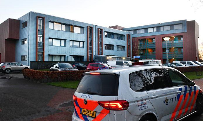 De politie bij heet appartementencomplex aan de Concorde in Buren na de woningbrand met fatale afloop.