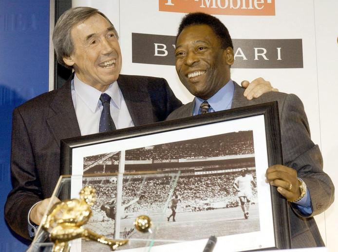 Pelé (r) en Gordon Banks met een ingelijste foto van de legendarische redding.