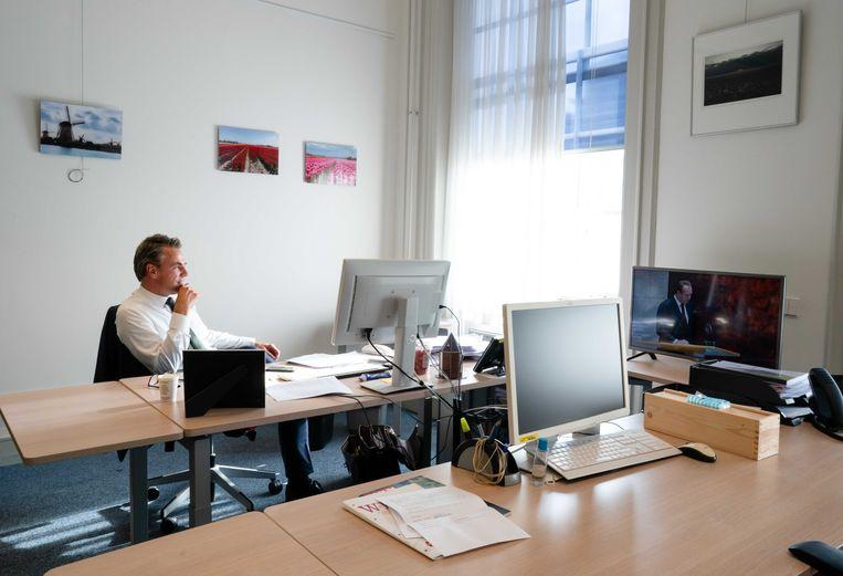 Mark Harbers  (VVD) tijdens de Algemene Beschouwingen in zijn werkkamer.  Beeld ANP