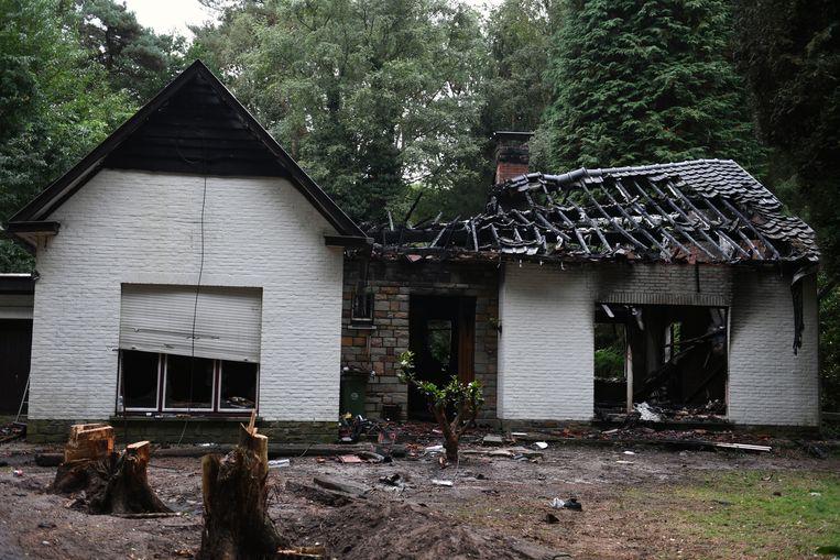 De brand vernielde heel de woning.