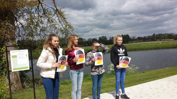 Nederlandse en Duitse leerlingen spelen een spel waarbij ze samen zo snel mogelijk het juist woord moeten vormen. 'Kein Stadt aber ....?' Foto: DG