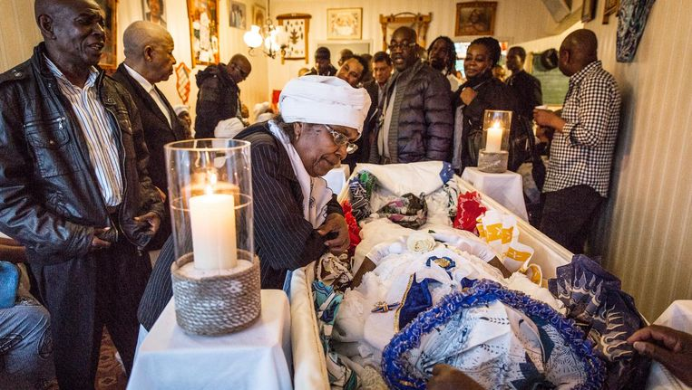 6 mei 2015. De Surinaamse gemeenschap neemt in haar woning in Zuidoost zingend afscheid van de op 89-jarige leeftijd overleden Hillie Holband Beeld Dingena Mol