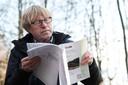 Professor Jan Roelofs bestudeert een rapport over de kleiput.