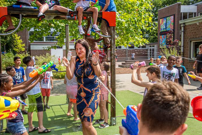 Waterpret op basisschool Don Sarto  waar leerlingen juf Nikkie van Groenendaal helemaal nat spuiten.