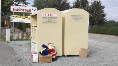 Speelgoed en kerstman naast kledingcontainer