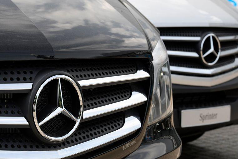 Het logo van Mercedes op een van hun wagens.