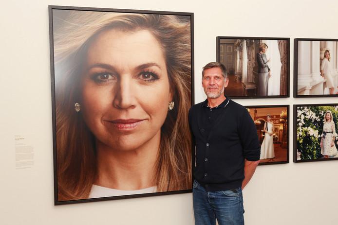 Fotograaf Erwin Olaf maakte nieuwe portretten van Koningin Máxima en de drie prinsessen. Nooit waren ze zo close en serieus.