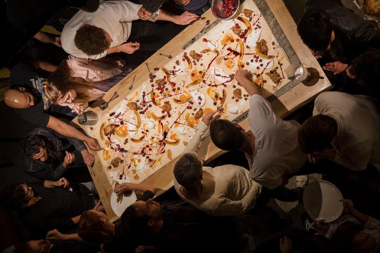 Dessert in restaurant Burek in Tel Aviv: alsof Jackson Pollock is gereïncarneerd als banketbakker