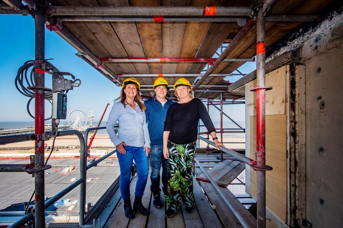Ruim 100 eigenaren-bewoners van een appartementencomplex aan de Zeekant laten hun pand verduurzamen. Op de foto: bewoners Cindy, Joska en Nel.