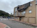 Het plat dak van een klein flatgebouw in de Zeevillalaan is weggewaaid door Storm Odette