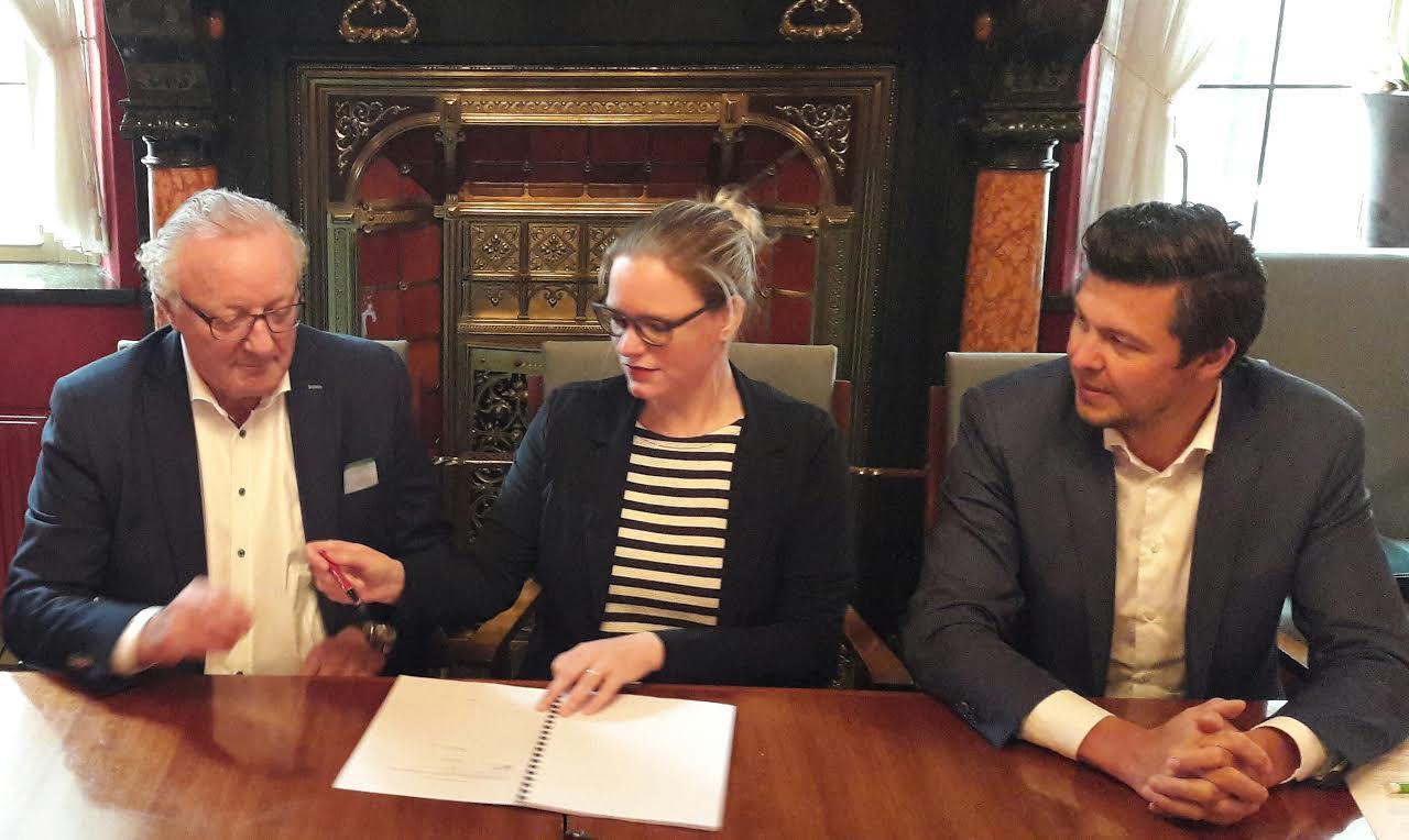 Projectontwikkelaars Toon van Schijndel (links) en Bas van de Laar ondertekenen het koopcontract voor het klooster, samen met wethouder Anke van Extel
