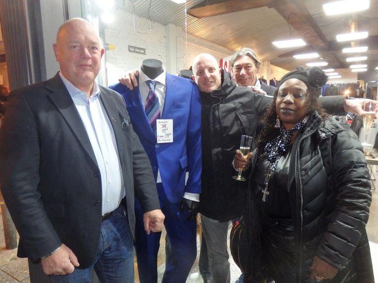 Mistershop-eigenaar Peter Menno, klant Jo de Jong, medewerker Joël van der Berg en Mavis Denneboom, tante van voetballer Romano. Menno: 'Wij waren de eerste sponsor van Gordon.' Beeld Schuim