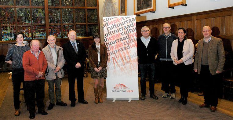 Winnares Julie Podevyn met de organisatoren.