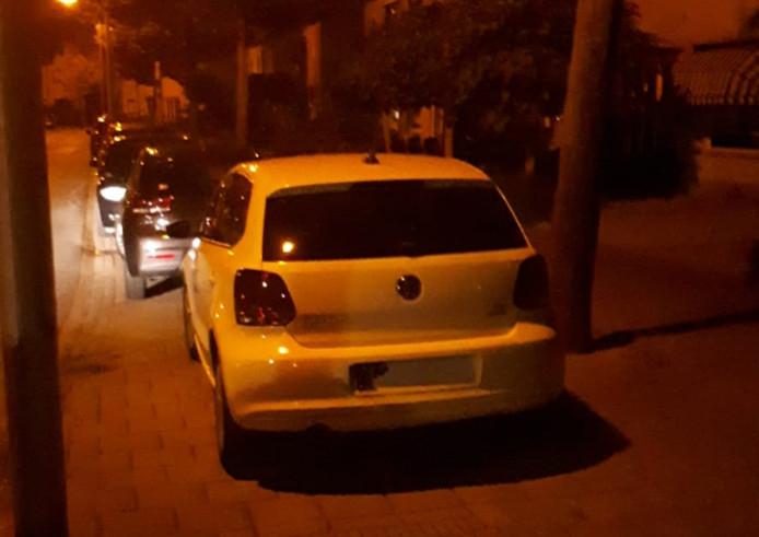 Een van de auto's waarbij een kentekenplaat ontbreekt.