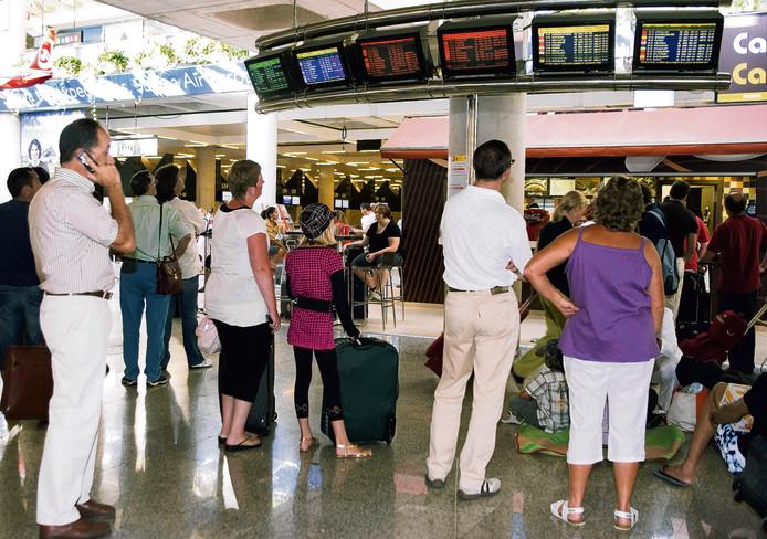 Wachtende toeristen op het vliegveld van Palma de Mallorca.