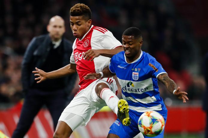 Kenneth Paal namens PEC in duel met David Neres van Ajax.