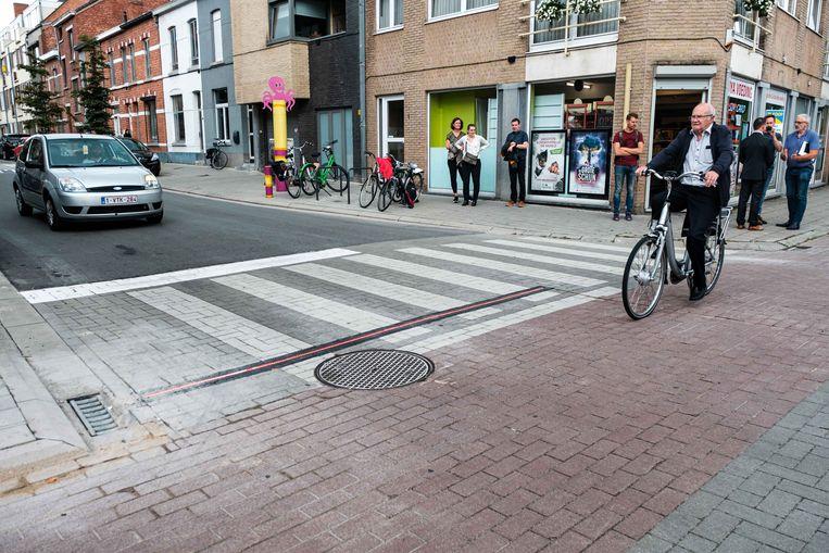 Waarschuwingssysteem dat dient om de veiligheid te verhogen op het tweerichtingsfietspad. Het systeem dat werkt via led-stroken om de bestuurders te waarschuwen voor aankomende fietsers of tweewielers zal vanaf morgen in werking treden en is een absolute primeur in België.
