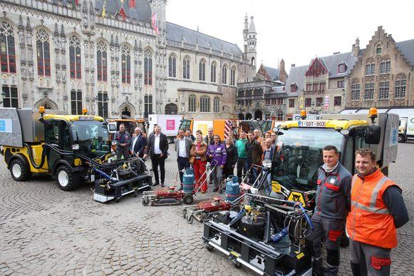 Leden van het stadsbestuur en de stadsdiensten bij enkele machines die de komende dagen de strijd tegen het onkruid aangaan.