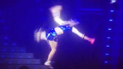 VIDEO: K3-Klaasje smakt tegen podium tijdens rolschaatsact