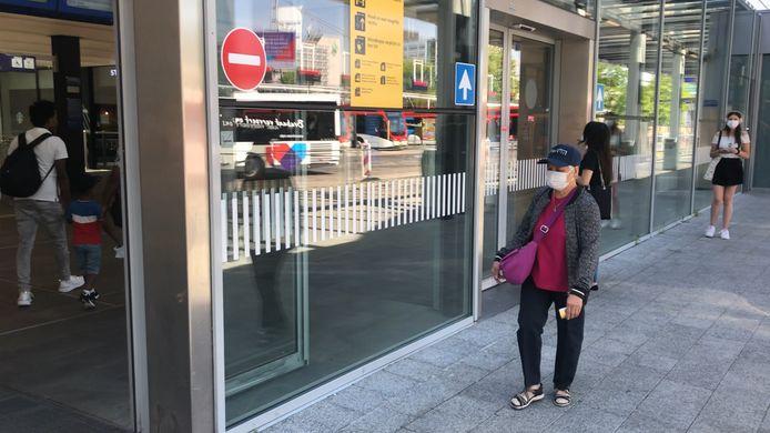 Reizigers met mondkapjes op het station in Eindhoven.