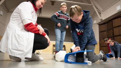 Studenten van verpleegschool campus Maria Middelares leren kinderen van De Regenboog Zingem hoe ze levens kunnen redden