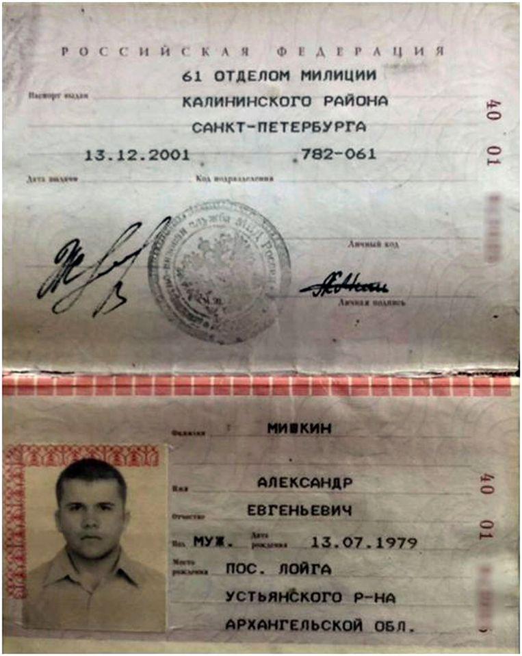 Het binnenlandse identiteitsbewijs van Aleksandr Misjkin. Uit de pasfoto en andere gegevens blijkt volgens Bellingcat dat hij schuilgaat achter Aleksandr Petrov, een van de Russen die verdacht wordt van de aanslag op Skripal. Beeld AP