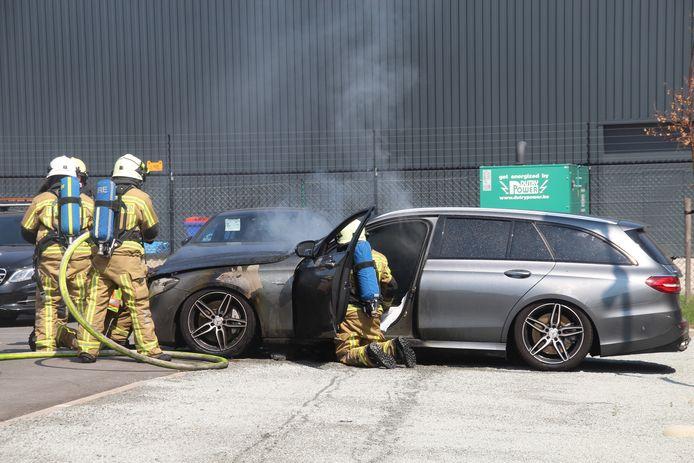 Mercedes die werd binnengebracht in garage vat plots vuur.