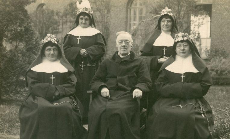 Deken Devos en vier nonnen, in 1928 in de binnentuin van het klooster.