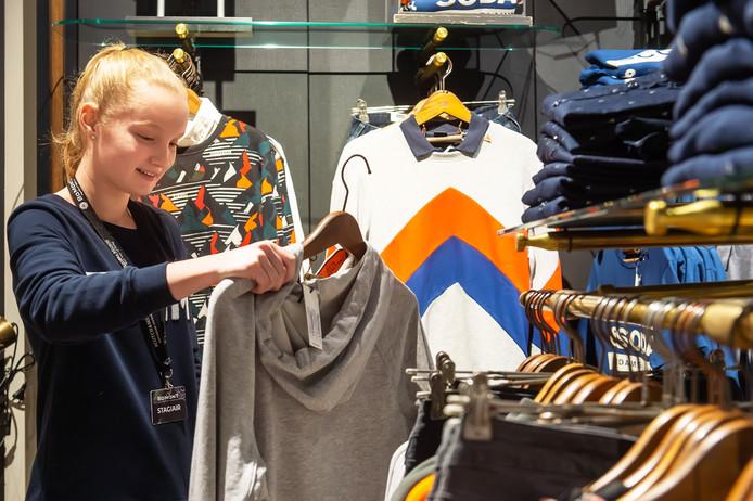 """Kelsey Kreugel is op snuffelstage bij Bomont in het winkelcentrum in Etten-Leur. ,,Ik heb duidelijke uitleg gekregen en word goed begeleid, dat is fijn."""""""